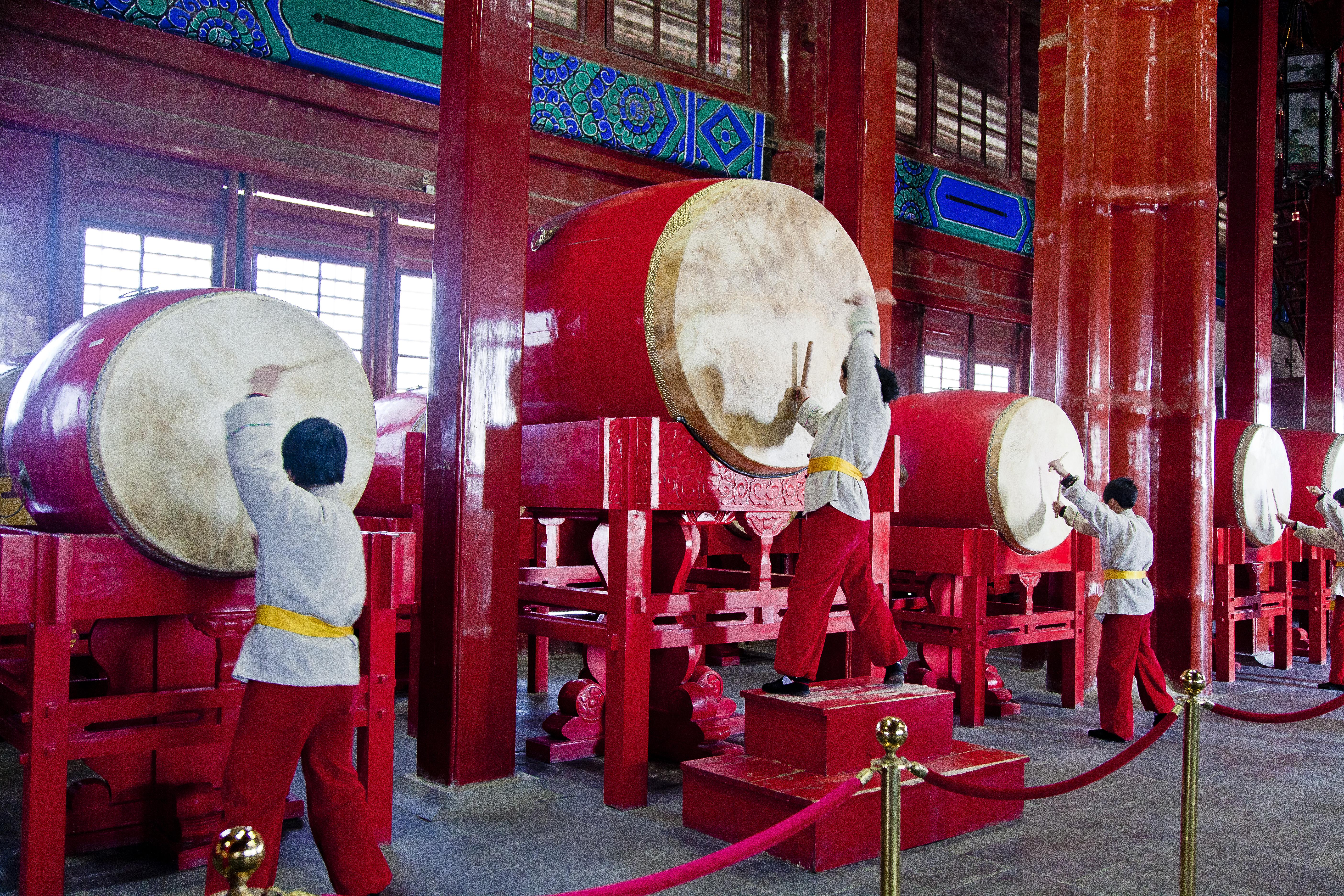 Смотреть китаянок опускают голову в унитаз фото 384-905